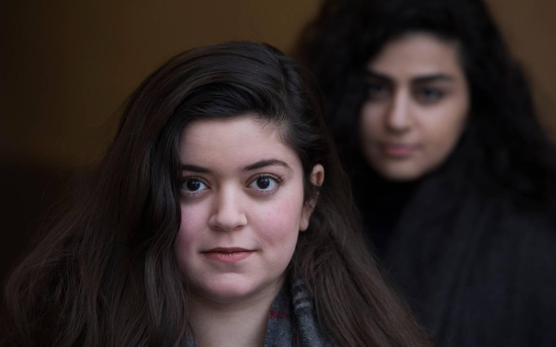 """Oslo  20180131. Bevegelsen """"De skamløse jentene"""" fikk Brosteinprisen onsdag. Det er Kirkens Bymisjon som står bak og Nancy Herz er en av de tre som fikk prisen. I bakgrunnen Sofia Srour som også er med i bevegelsen. Foto: Ole Berg-Rusten / NTB"""