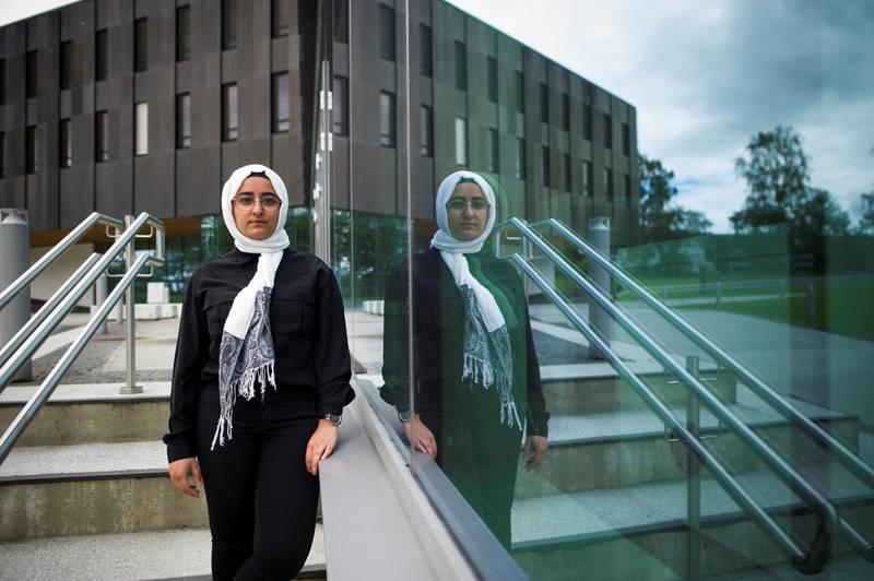 I forslag til ny passforskrift åpnes det opp for at dagens krav om synlige ører på passfoto videreføres. Det har skapt store protester blant muslimer og sikher som bærer religiøse hodeplagg.  Muslimske Fatema Al-Musawi er en av de som reagerer.