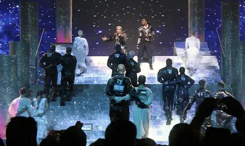 Den norske danseren Mona Berntsen (fremst til høyre med ryggen til) var del av en politisk protest i avslutningen av Madonnas Eurovision-show. Berntsen ble senere forhørt på vei ut av Israel.