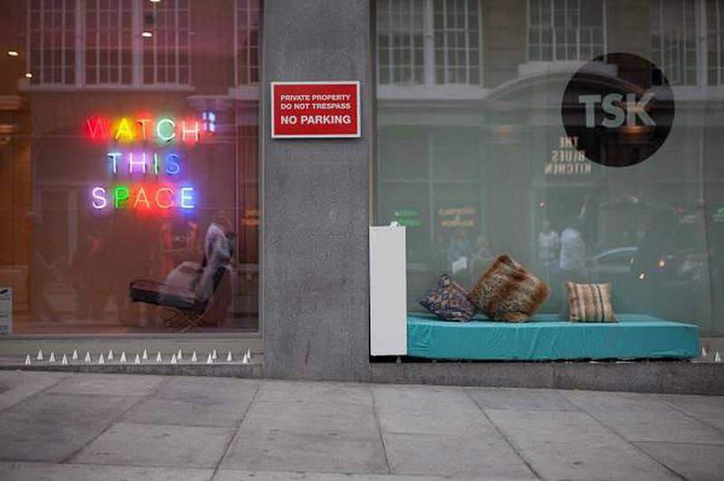 Madrass på piggenen: Kunsterkollektivet Spaces, not spikes har plassert en madrass over piggene som er satt opp under et butikkvindu i Øst-London.