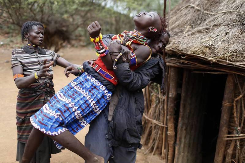 En jente blir ført tilbake til familiens hjem nær Marigat i Kenya etter å ha forsøkt å rømme. Hun stakk av da hun skulle giftes bort i pakt med tradisjonen for pokotene.