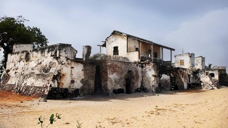 Danmark-Norge hadde seks handelsfort langs Gullkysten, som ligg i dagens Ghana. I 1784 blei fort Prinsensten bygd heilt aust på Gullkysten. Fortet ligg i kystbyen Keta.