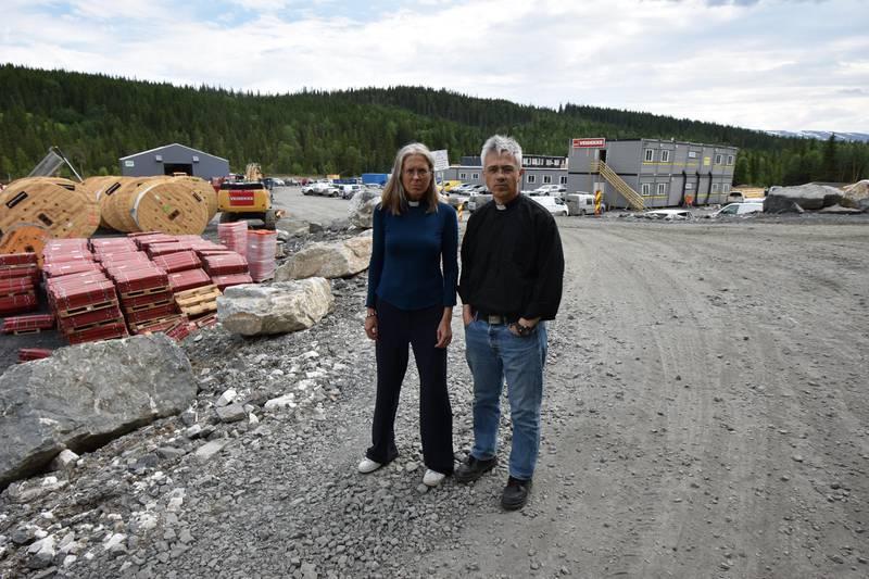 Vindmøllemotstanderne Anders Hammer og Gry Solbraa står på anleggsplassen i Mosjøen. Vindmølleutbyggingen er et av de store spørsmålene der kirken bør være på banen, mener Hammer.