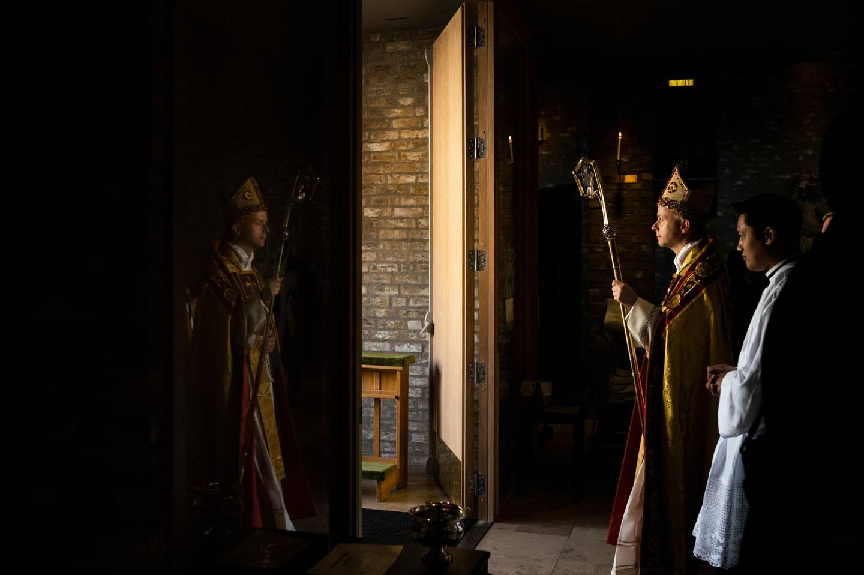 Biskop Erik Varden med bispestaven i hånd, på vei ut av Nidarosdomen og over til St. Olav katolske domkirke.